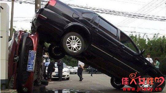 倒车都能把停在路边的车撞翻!绝对女子汉干的!