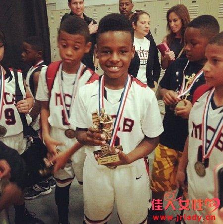 詹姆斯儿子布朗尼荣获MVP 两个儿子打球视频曝光