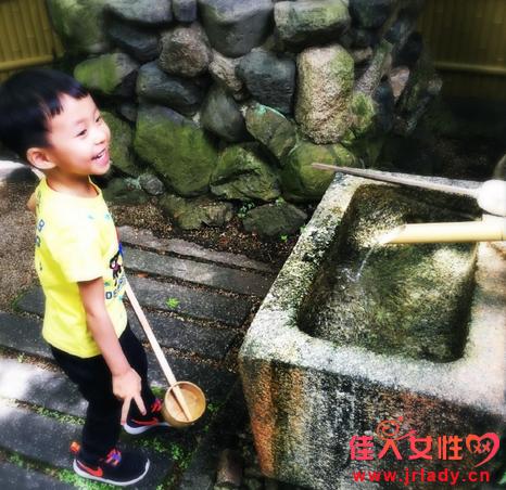 姚晨懒理抢座传闻携子游日本 怀二胎孕肚明显