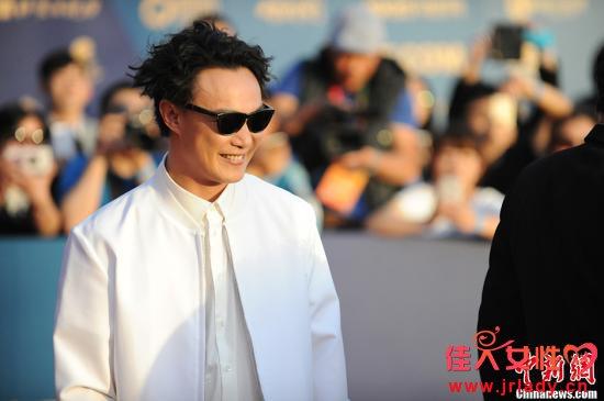 陈奕迅在爱妻督促下节食学瑜伽 身材结实不少