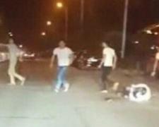 【图】湖北街头持刀斗殴致1死3伤 几名男子手持长刀疯狂舞动