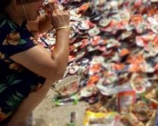 武汉市民抢食过期食品 库管人员乱扔变质食品危害公众