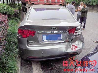重庆女司机低头捡手机奔驰追尾 负全责赔偿7万