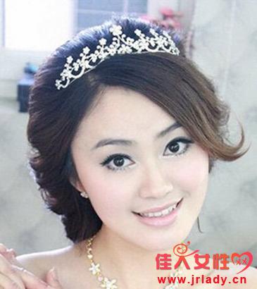 娃娃脸新娘适合什么发型 斜分刘海搭配小卷发