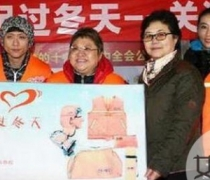 韩红李易峰扫大街 顶着风雪带头亲身做公益被赞有心