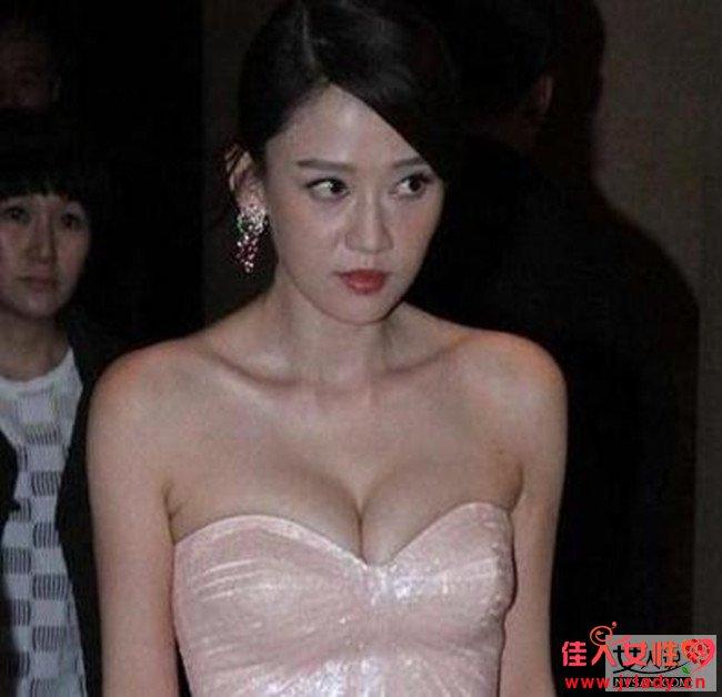 陈乔恩被逼脱胸罩 当众脱衣爆乳险被看光光