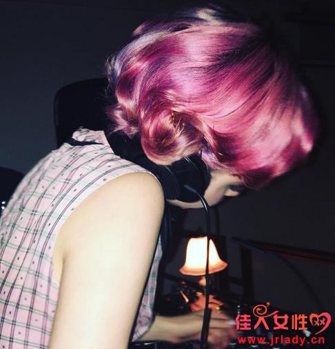 粉色染发里面还挑染了几缕蓝色,今天就来介绍粉色和蓝色染发,喜欢图片