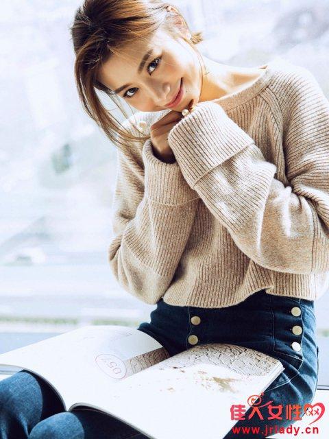 露锁骨的衣服款式图片 V领雪纺镂空暖咖色