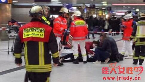 德国车站持斧砍人画面惨烈 发狂男子拿着斧头见人就砍