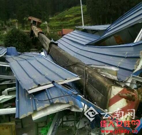 吊车侧翻压塌教室 工地上吊钢筋吊车臂砸向校园内板房