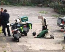 快递员被逼下跪磕头 遭痛殴辱骂10分钟只因送货延误2小时