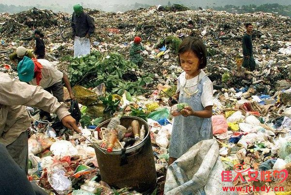 孩子整天泡在垃圾堆里 背后的原因让人震惊