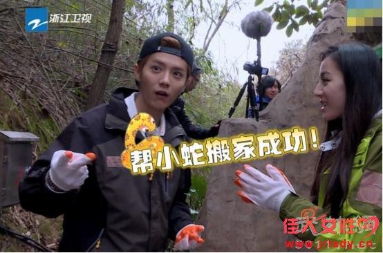 《奔跑吧》未播片段:迪丽热巴用蛇吓唬鹿晗!差点吓哭!