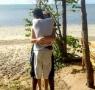 太诡异了!这张情侣拥抱照片到底怎么站位的?
