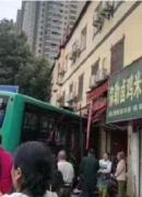 昆明168路公交车撞入店铺致8人受伤 半个车头扎进小吃店