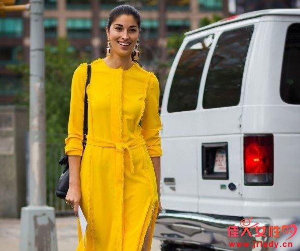 """皮肤黄穿什么颜色的衣服好看?不做""""黄脸婆""""就"""