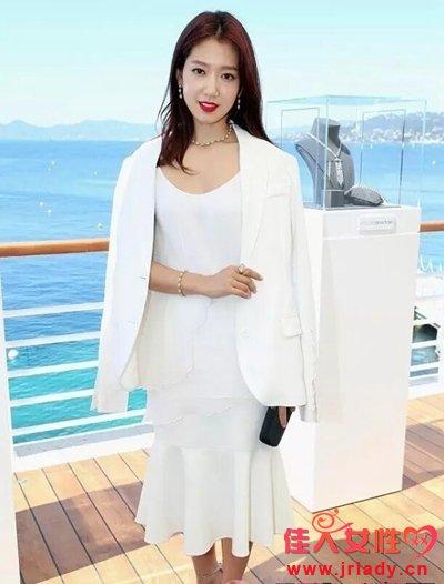 这个夏天 你怎么能少了一条白色连衣裙