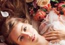 文艺女生适合什么发型 闷青色配红樱子花环