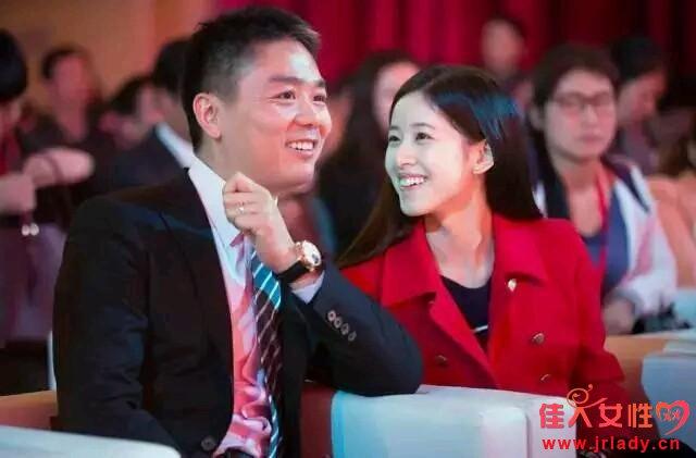 奶茶妹妹海滩新照 有钱又有颜与刘强东婚姻幸福显露好心情