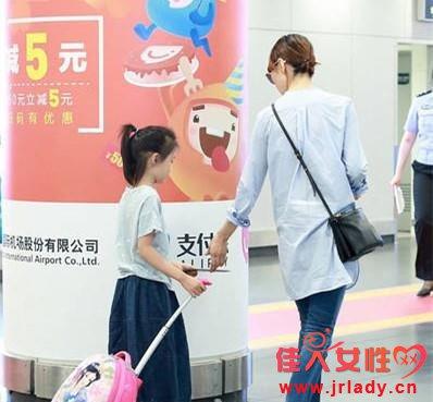 袁泉带女儿现身机场 袁泉女儿夏哈哈个人资料