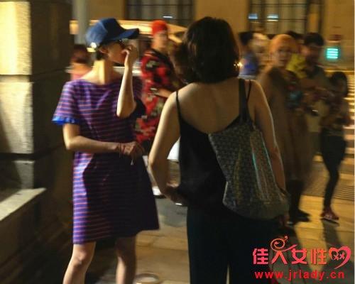 刘诗诗现身街头大晚上戴帽子墨镜 身穿的宽松连
