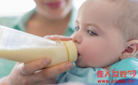 新生儿多久喂一次奶粉 新生儿奶粉喂养量 新生儿一次喝多少奶粉