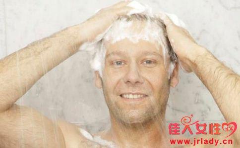 男人头屑太多的原因是什么 怎么轻松去头屑 怎么去头屑最快