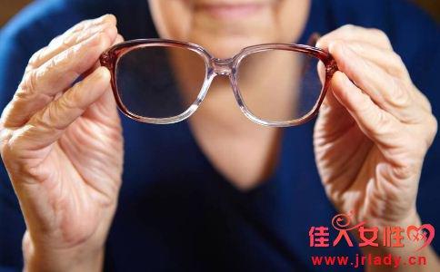 老年人如何选购老花镜 老花镜如何选购 佩戴老花镜的注意事项