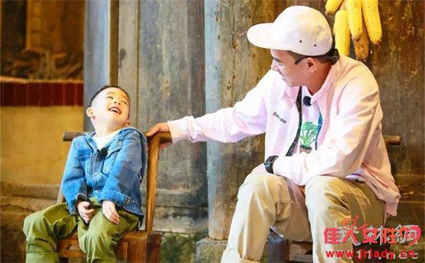 爸爸去哪儿陈小春哽咽落泪 后悔当初3000卖掉弟弟