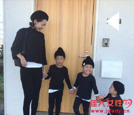 一位妈妈与三个宝宝的亲子装 满满的都是爱