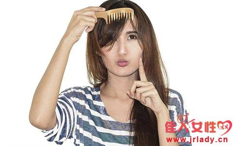 夏季头发为什么爱出油 夏季头发出油怎么办 夏季头发爱出油的原因有哪些