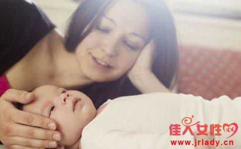 宝宝抱着睡有哪些危害 宝宝为什么不能抱着睡 宝宝怎么抱着睡
