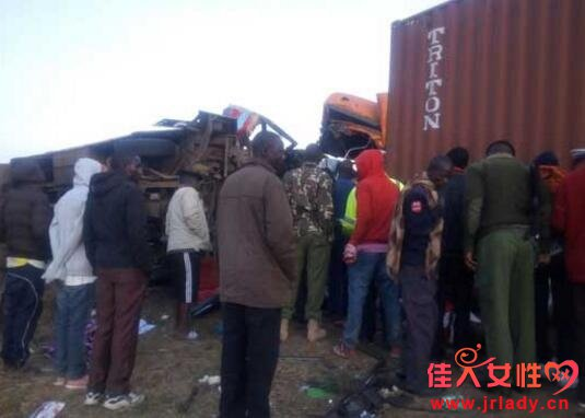 肯尼亚大巴撞卡车 或因超车引发
