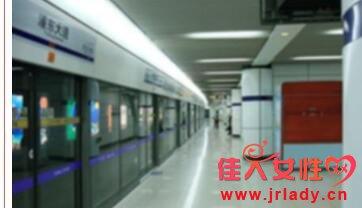 上海地铁男子跳轨 原因在调查中