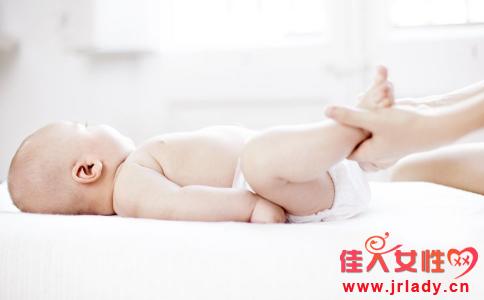 妈妈怎么给宝宝换尿布 妈妈换尿布技巧 换尿布的步骤