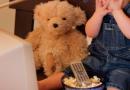 你的孩子爱看电视吗 看电视期间要注意哪些事情呢