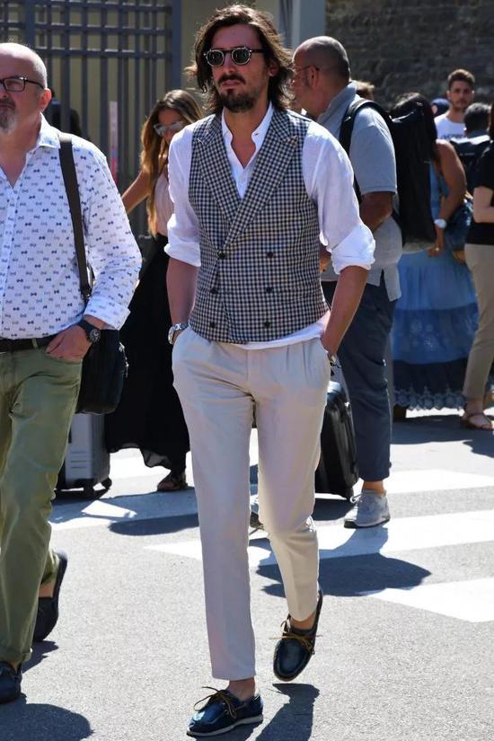 男生夏天穿衣建议选择亚麻面料 清凉舒适