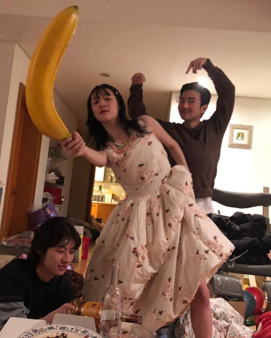 雪梨穿无袖碎花长裙 与朋友举着香蕉道具拍照嗨玩