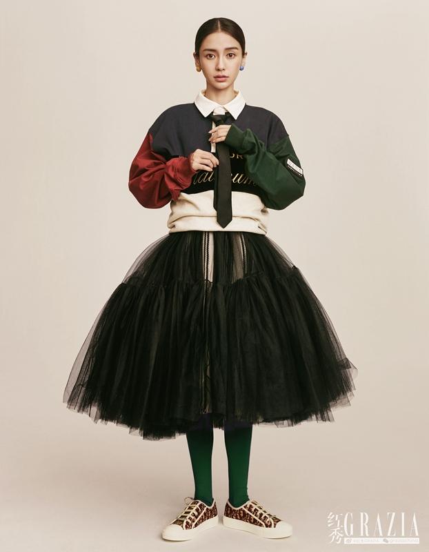 Angelababy身穿绿色外套内搭印花 个性十足