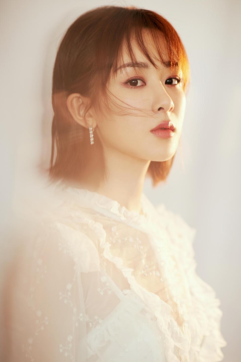 杨紫身穿纯白蕾丝透视长裙 仙气十足清纯可爱