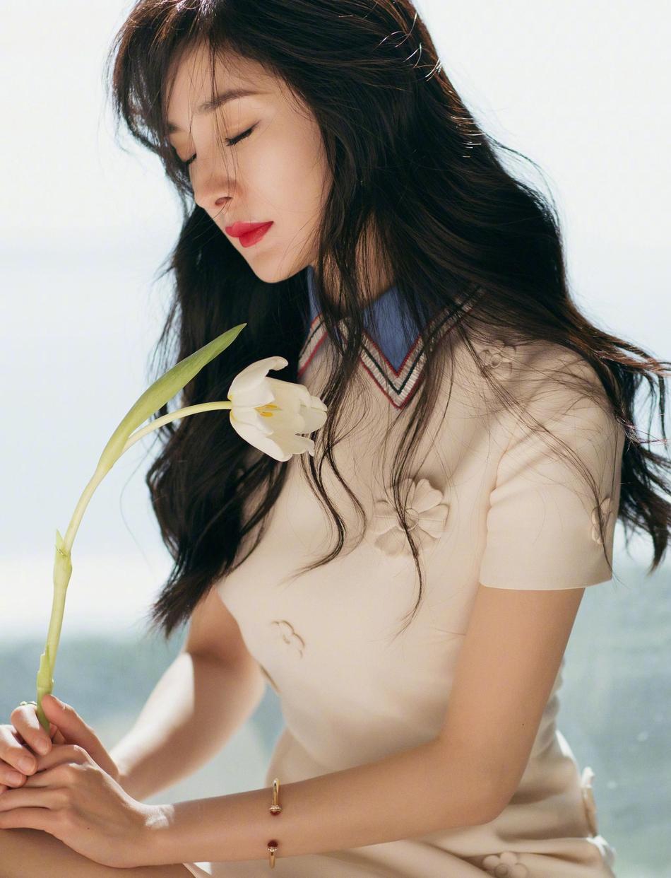 杨幂身穿白色减龄短裙大秀长腿 甜美又可爱