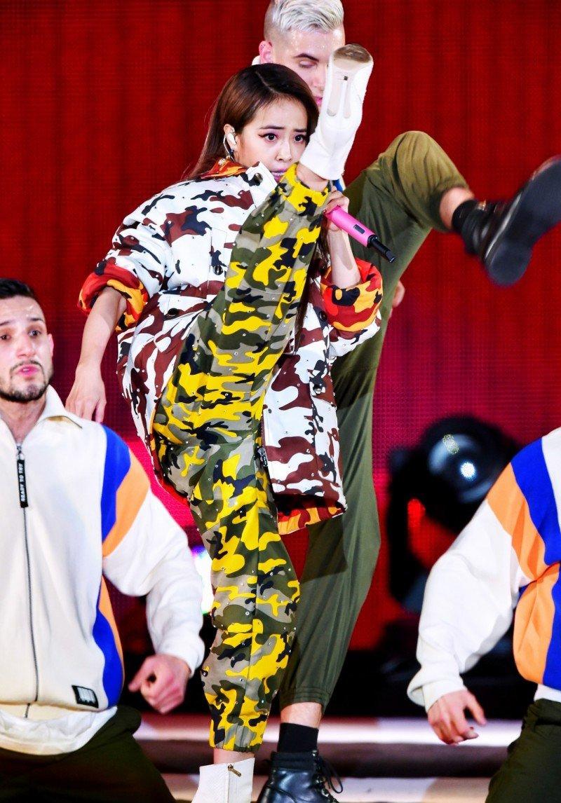蔡依林演唱会一身迷彩服 露出纤细的腰线