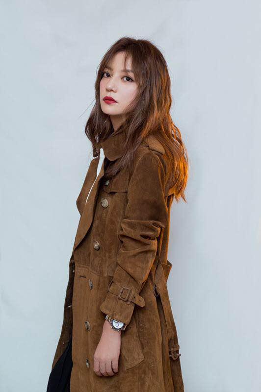 赵薇身穿棕色麂皮风衣 优雅气质十足