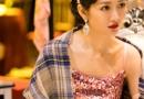 王鸥节目中身穿粉色亮片吊带长裙 变身天涯小歌女