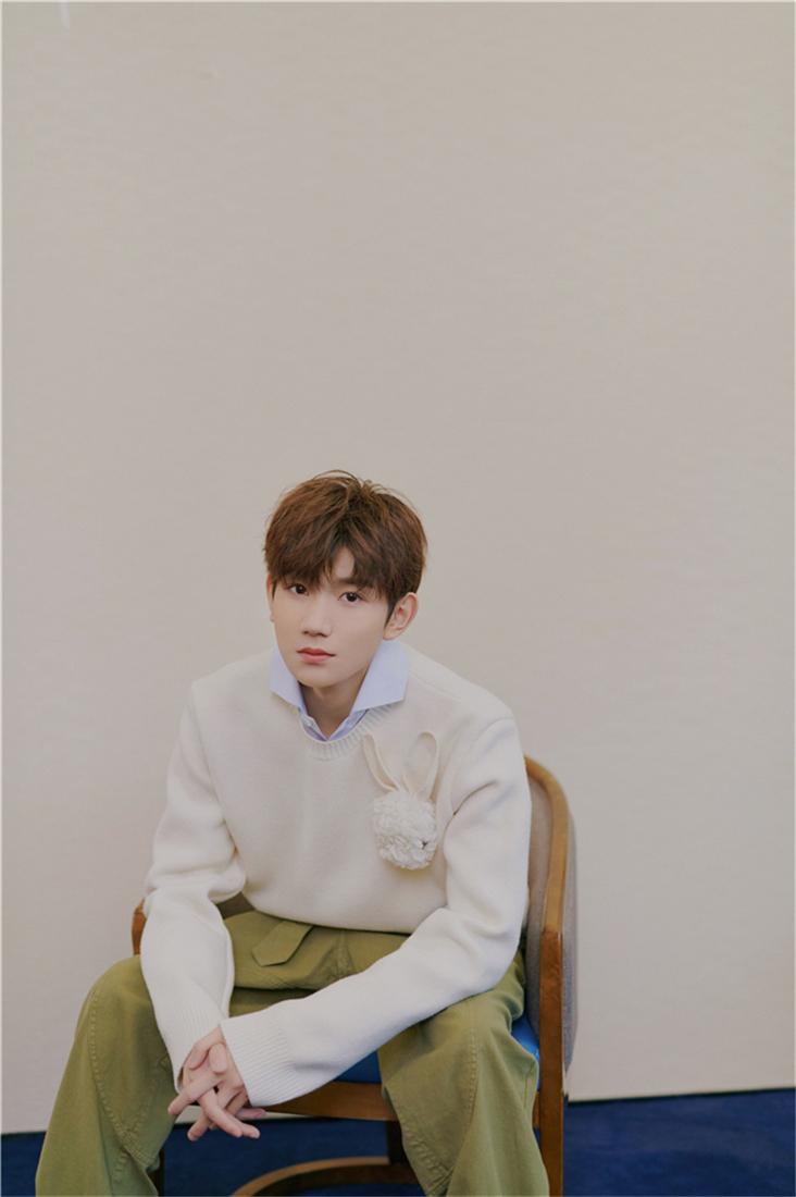王源白色毛衣叠穿衬衫 清爽干净有活力