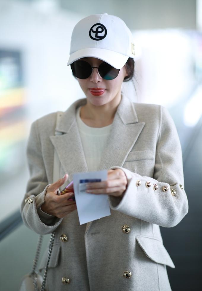 秦岚一身米白色外套 温婉优雅又可爱