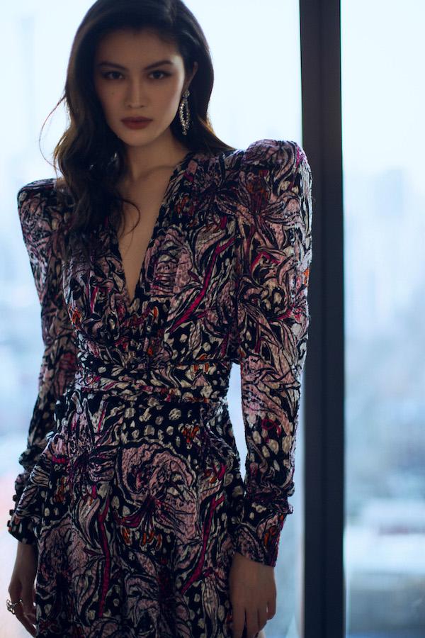 何穗一袭复古深V连衣裙 大秀完美身材比例