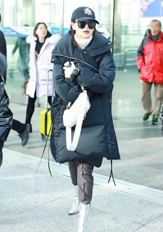 戚薇裹上羽绒服亮相机场 这才是最接地气的时尚