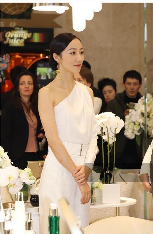 韩雪穿白色套装真女神 这造型王菲都不敢尝试吧