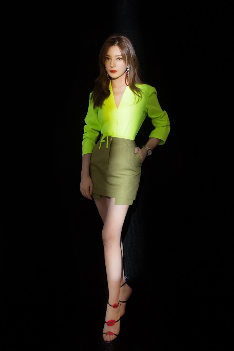 赵薇一身荧光色系裙装 配色时髦又大胆